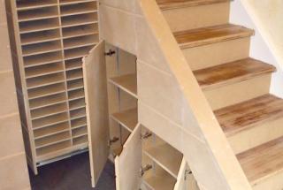 création de rangement dossiers sous un escalier