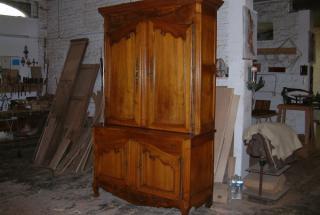 Le meuble massif, le mobilier rustique, l'odeur de cire, symbole de terroir et de tradition, a une place importante dans les nombreuses restaurations réalisées dans nos ateliers.