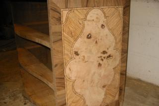 Dans l'histoire du mobilier, une nouvelle technique apparait au début du 17ème siècle (Louis XIII). Elle consiste à habiller une ossature en bois indigène de matériaux et bois précieux, tel que l'ébène, pour créer des motifs polychromes.